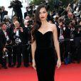 """Adriana Lima, irrésistible dans une robe bustier noire en velours, monte les marches du Palais des Festivals avant la projection du film en compétition """"Sicario à Cannes, le 19 mai 2015."""