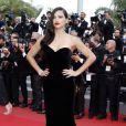"""Adriana Lima monte les marches du Palais des Festivals avant la projection du film en compétition """"Sicario à Cannes, le 19 mai 2015."""