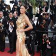 """Irina Shayk monte les marches du Palais des Festivals avant la projection du film en compétition """"Sicario à Cannes, le 19 mai 2015."""