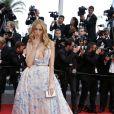 """Petra Nemcova monte les marches du Palais des Festivals avant la projection du film en compétition """"Sicario à Cannes, le 19 mai 2015."""