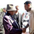 Chris Brown rencontre le père de son idole, Joe Jackson à l'Eden Plage. Cannes, le 21 mai 2015.
