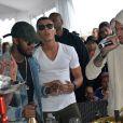 Chris Brown met l'ambiance à l'Eden Plage à Cannes, le 21 mai 2015.