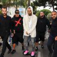 Chris Brown , sous bonne escorte, se rend à l'Eden Plage en planche électrique. Cannes, le 21 Mai 2015.