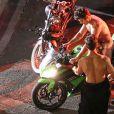 """Exclusif - Zac Efron, presque entièrement nu aux côtés de sa doublure corps, conduit une moto sur le tournage de """"Dirty Grandpa"""" à Tybee Island en Georgie, le 6 mai 2015."""