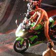 """Exclusif - Prix spécial - Zac Efron, presque entièrement nu, conduit une moto sur le tournage de """"Dirty Grandpa"""" à Tybee Island en Georgie, le 6 mai 2015."""