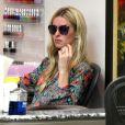 Nicky Hilton est allée dans un salon de manucure à Beverly Hills. Nicky porte une jolie bague de fiançailles et prépare son mariage avec James Rothschild, le 20 mai 2015