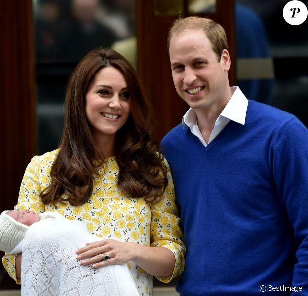 Kate Middleton et le prince William lors de la présentation de leur fille la princesse Charlotte de Cambridge devant la maternité Lindo à Londres le 2 mai 2015. La princesse sera baptisée le 5 juillet en l'église Ste Marie Madeleine à Sandringham.