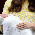 La princesse Charlotte de Cambridge devant l'hôpital St-Mary de Londres le 2 Mai 2015.