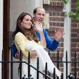 Le prince William, la duchesse de Cambridge, Catherine Kate Middleton, et leur fille, la princesse Charlotte de Cambridge, posent devant l'hôpital St-Mary de Londres où elle a accouché le matin même le 2 Mai 2015.