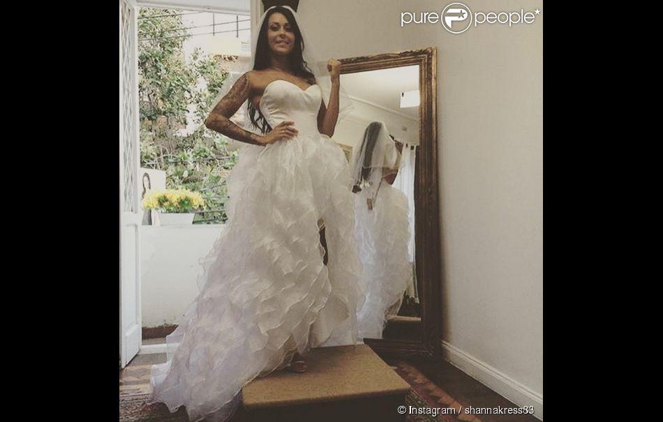 Shanna pose fièrement avec sa robe de mariée. Malheureusement, cette dernière a violemment été clashée par les internautes.