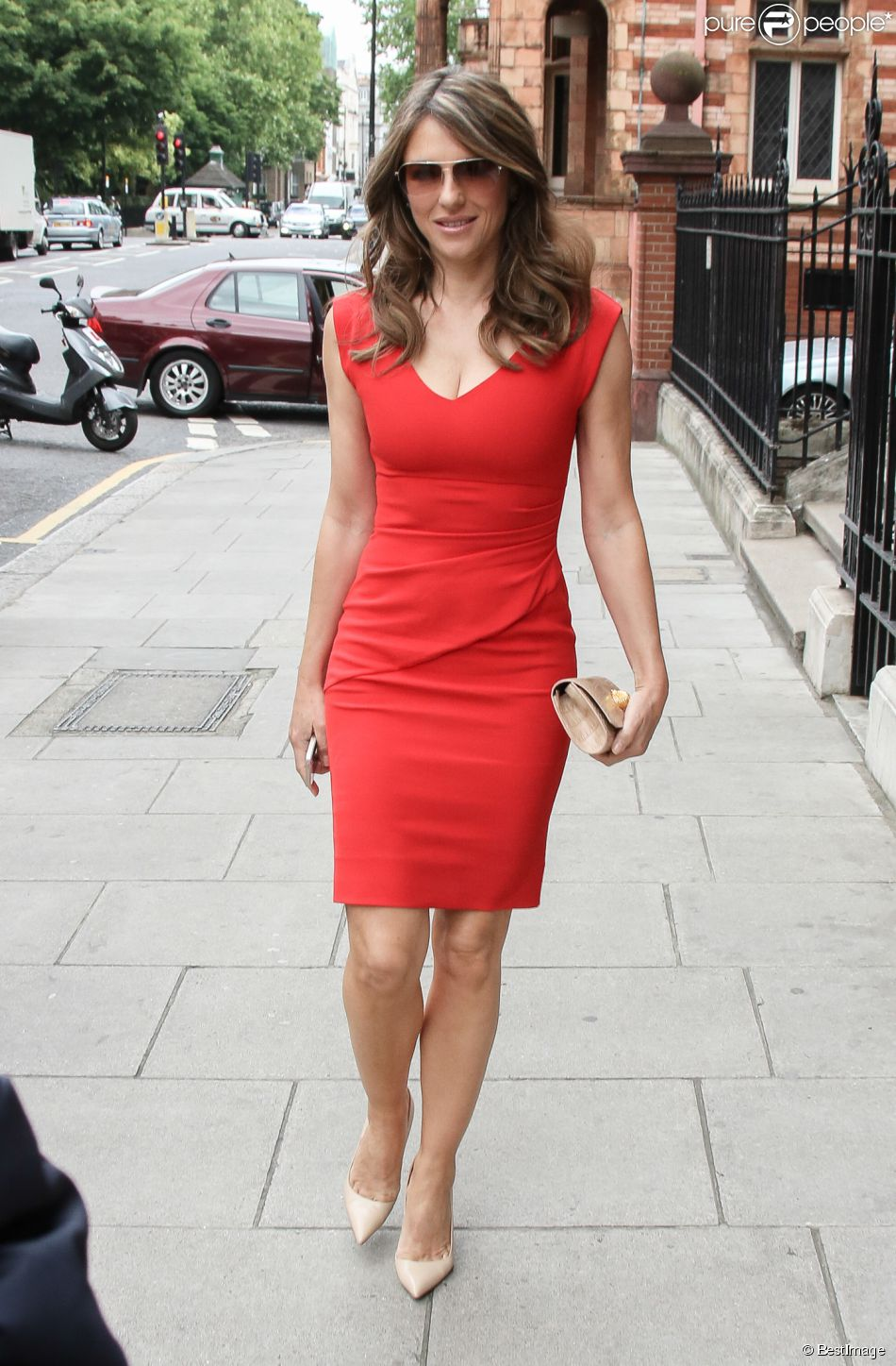 elizabeth hurley 50 ans et inchang e m me corps et m me style vestimentaire purepeople. Black Bedroom Furniture Sets. Home Design Ideas