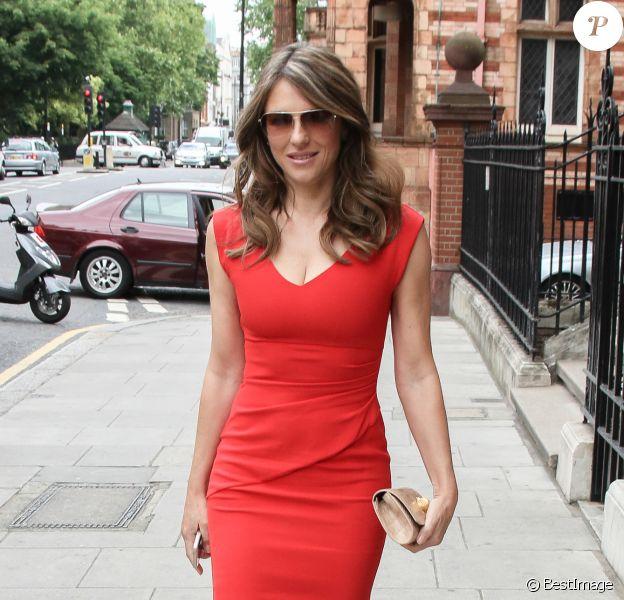 Elizabeth Hurley est allée déjeuner le jour de son anniversaire (50 ans) à Londres. Toute la journée des fleurs ont été livrées à son domicile. Le 10 juin 2015