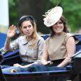 La princesse Beatrice et la princesse Eugenie d'York, avec leur père Andrew, le 13 juin 2015 à Londres lors de Trooping the Colour, la parade annuelle en l'honneur de l'anniversaire de la reine Elizabeth II.
