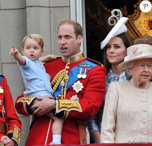 Le prince George de Cambridge, qui aura 2 ans le 22 juillet 2015, a assisté pour la première fois le 13 juin 2015 à la parade Trooping the Colour, à laquelle prenaient part ses parents Kate Middleton et le prince William, duc et duchesse de Cambridge.