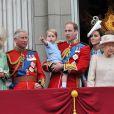 Camilla Parker Bowles, le prince Charles, le prince William, le prince George, Kate Middleton et la reine Elizabeth II au balcon de Buckingham lors de Trooping the Colour le 13 juin 2015 à Londres, parade qui célèbre l'anniversaire officiel de la reine.