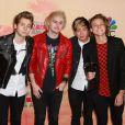 """Le membres du groupe """"5 Seconds of Summer"""" posant dans la salle de presse lors de la cérémonie des """"iHeartRadio Awards 2015"""" au Shrine Auditorium à Los Angeles, le 29 mars 2015."""