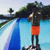 Kev Adams pose torse nu à Tahiti et agite la Toile !