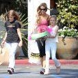 """Denise Richards fait du shopping pour """"Memorial Day"""" avec ses filles Sam et Lola à Beverly Glen, le 23 mai 2015"""
