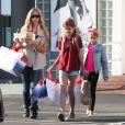 Denise Richards fait du shopping avec ses filles Sam et Lola à West Hollywood. La petite Sam s'est teint les cheveux en rouge! Le 9 mars 2015