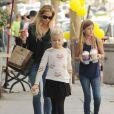 """Denise Richards emmène ses filles Sam et Lola chez """"Coffee Bean"""" à Brentwood, le 15 novembre 2014."""