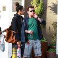 Exclusif - Charlie Sheen boit un verre avec des amis avant d'aller faire du shopping au centre commercial de Sherman Oaks, le 9 mars 2015