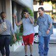 Charlie Sheen, semble ivre dans les rues de Los Angeles avec son garde du corps, le 25 septembre 2014