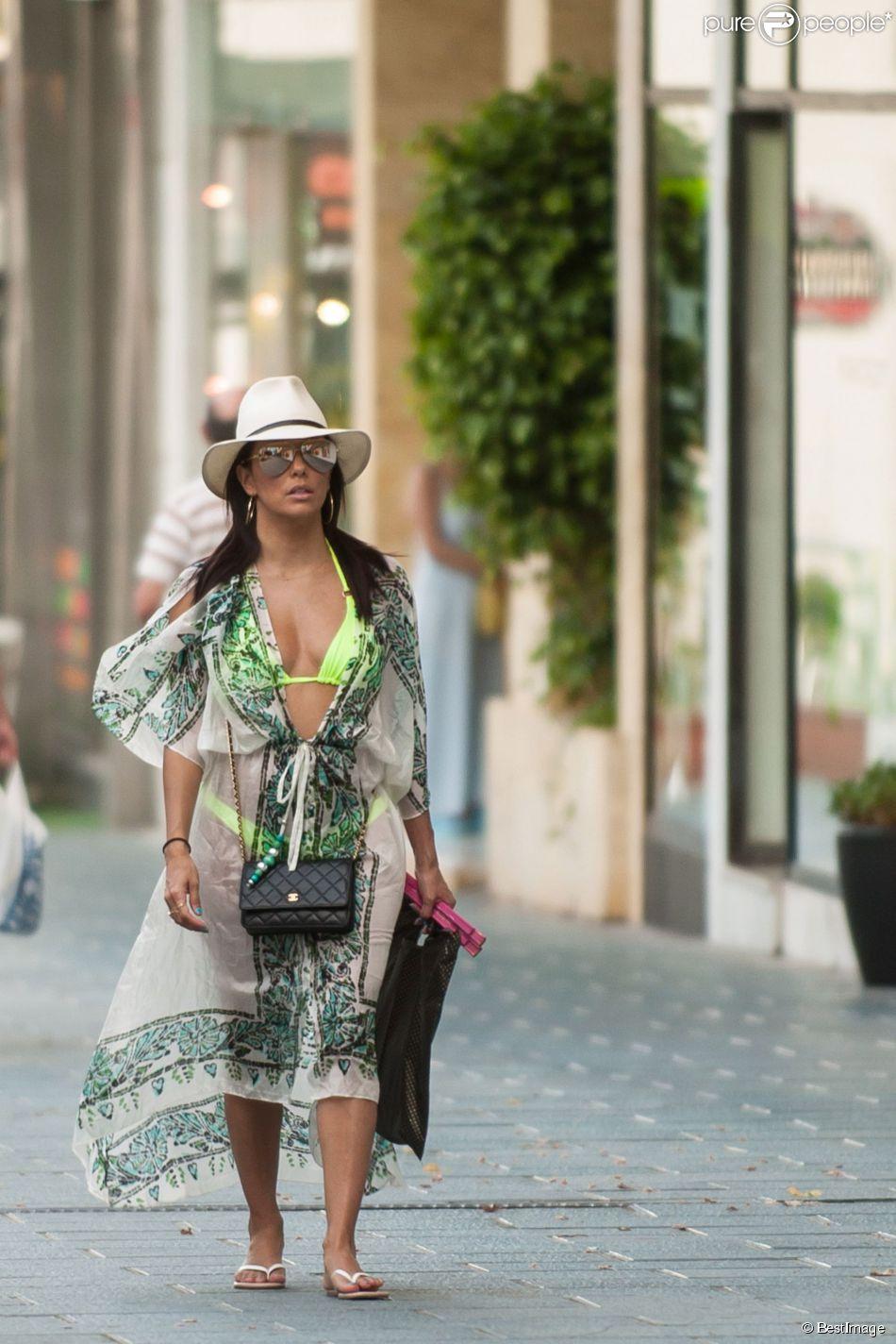 Exclusif - La ravissante Eva Longoria fait du shopping en bikini dans les rues de Marbella en Espagne, le 4 juillet 2015