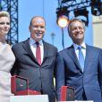La princesse Charlene et le prince Albert II de Monaco ont reçu des mains du maire Georges Marsan les cadeaux (deux bijoux Cartier des années 1920) offerts par les Monégasques aux jumeaux Jacques et Gabriella à l'occasion de leur baptême, samedi 11 juillet 2015 lors de la célébration des 10 ans de règne du souverain monégasque.