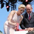 La princesse Charlene et le prince Albert II de Monaco ont reçu de Georges Marsan deux bijoux Cartier, une broche et une montre, offerts par les Monégasques à leurs jumeaux pour leur baptême, samedi 11 juillet 2015 lors de la célébration des 10 ans de règne du souverain monégasque.