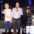 Le prince Albert II et la princesse Charlene de Monaco étaient très enthousiastes lors du grand concert organisé le 12 juillet 2015 sur la place du palais, avec Robbie Williams et Lemar, en clôture des célébrations des 10 ans de règne du souverain.