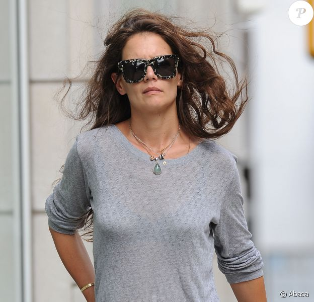 Katie Holmes gets caught in the wind as she goes for a stroll in New York City, NY, USA on July 14, 2015. The actress flashed a gold ring on her wedding finger as she walked and checked her cell phone messages. Katie is also rumored to be romancing Jamie Foxx. Photo by MachettePix/Startraks/ABACAPRESS.COM15/07/2015 - New York City
