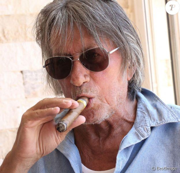 """Jacques Dutronc lors d'un photocall de l'équipe du film """"Les Francis"""" du réalisateur Fabrice Begotti à l'hôtel restaurant Cala di Sole près d'Ajaccio en Corse, le 3 juin 2014."""