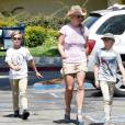 Britney Spears va déjeuner avec ses enfants à Brent's Deli Delicatessen and Restaurant à Westlake Village, Los Angeles, le 31 juillet 2015