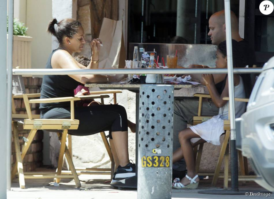 Exclusif - Melanie Brown (Mel B) boit une bière en déjeunant avec son mari Stephen Belafonte, leur fille Madison Belafonte et sa fille Angel Murphy, au restaurant Mel's Diner à West Hollywood. Le 1er août 2015 EXCLUSIVE. Los Angeles, CA, USA. August 01, 2015 Former Spice Girl Mel B is seen enjoying an afternoon beer as she puts on a united front with her controversial husband Stephen Belafonte during lunch at Mel's Diner in West Hollywood. The America's Got Talent judge and her husband were accompanied by daughters, Madison Belafonte, and Angel Murphy, whose father is comedian Eddie Murphy.01/08/2015 - West Hollywood