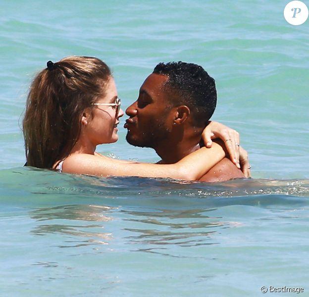 Doutzen Kroes se baigne avec son mari Sunnery James à Miami, le 30 mars 2015.