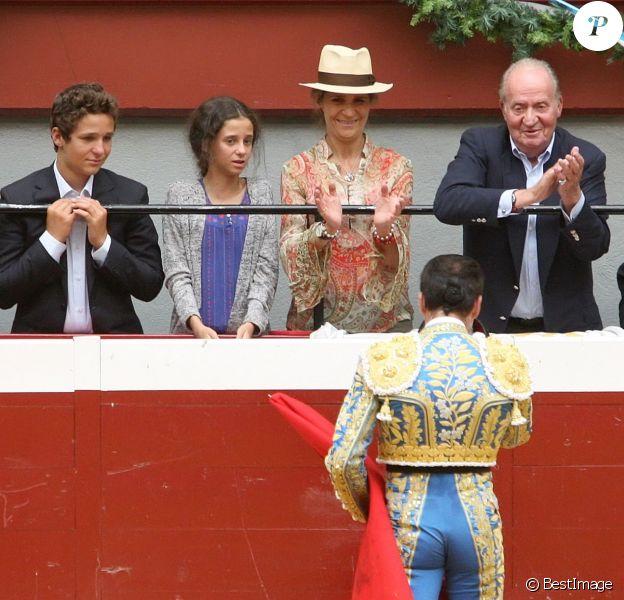 Le roi Juan Carlos Ier d'Espagne, l'infante Elena et ses deux enfants Felipe et Victoria assistaient le 13 août 2015 au grand retour de la corrida dans les arènes d'Illumbe, à San Sebastian, après trois années d'interdiction.