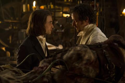 Daniel Radcliffe, cheveux longs, enfante un monstre avec le Docteur Frankenstein