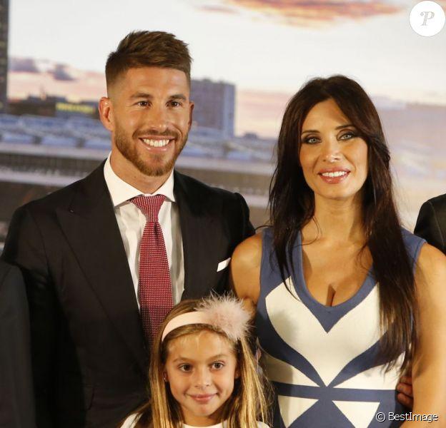 Florentino Perez, Sergio Ramos, sa compagne Pilar Rubio (enceinte) et son frère Rene Ramos - Sergio Ramos prolonge son contrat avec le Real Madrid pour une durée de 5 ans lors d'une conférence de presse à Madrid, le 17 août 2015.