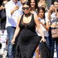 Kim Kardashian, enceinte, fait quelques selfies avec ses fans à la sortie du restaurant La Scala où elle a déjeuné avec une amie, à Beverly Hills, le 24 août 2015.