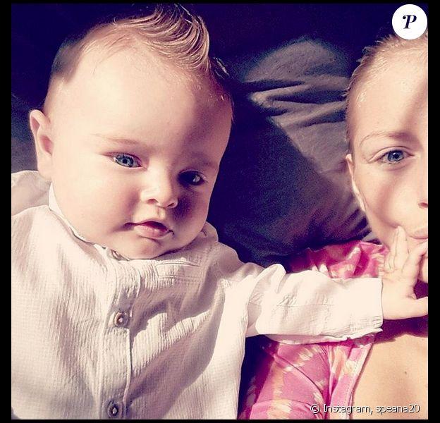 Stéphanie Clerbois (Secret Story 4) et son fils Lyam. Le petit blond aux yeux bleus est le portrait craché de sa mère. Août 2015.