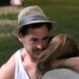 Rémi réconforte Coralie qui est en larmes - Quotidienne de  Secret Story 9 , diffusée sur NT1, le 4 septembre 2015.