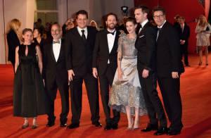 Kristen Stewart tout sourire face à Juliette Binoche et son décolleté ravageur