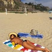 Nicole Scherzinger torride à la plage : La bombe tombe le haut !