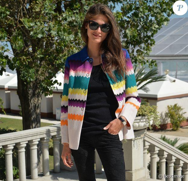 Elisa Sednaoui à la 72e Mostra de Venise, porte des lunettes de soleil Fendi (modèle Paradeyes, collection automne-hiver 2015) et un manteau Missoni (collection croisière 2016). Le 10 septembre 2015.