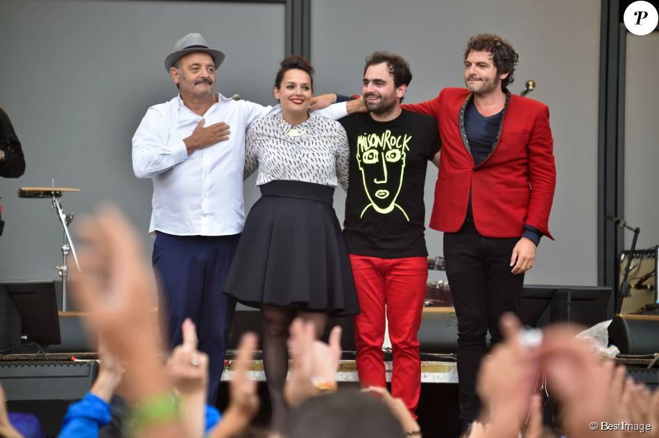 La famille Chedid, Louis, Matthieu, Joseph et Anna, réunie pour un concert lors de la Fête de l'Humanité 2015 dans le Parc de la Courneuve en région parisienne, le 13 septembre 2015
