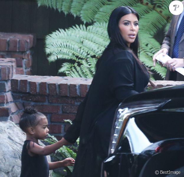 """Kim Kardashian enceinte et sa fille North sortent de l'hôtel """"The Lodge at Torrey Pines"""" dans le quartier de La Jolla à San Diego en Californie, le 23 septembre 2015. Le clan Kardashian est à San Diego pour célébrer l'anniversaire de Mary Jo Shannon (81 ans), la mère de Kris Jenner."""