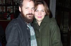 PHOTOS : Maggie Gyllenhaal et son barbu de mari, soirée théâtre en... amoureux !