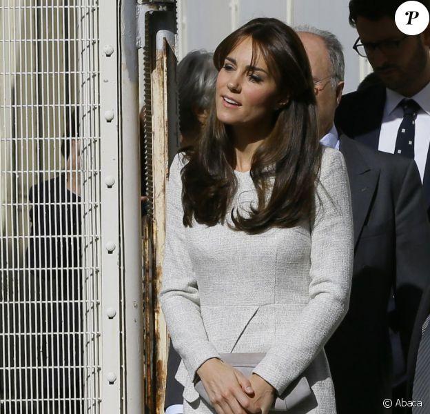 Kate Middleton, duchesse de Cambridge (en robe The Fold), visitait le 25 septembre 2015 la prison pour femmes de Send, dans le Surrey, pour observer le travail de RAPt, une association de réhabilitation des détenu(e)s en proie à des addictions.