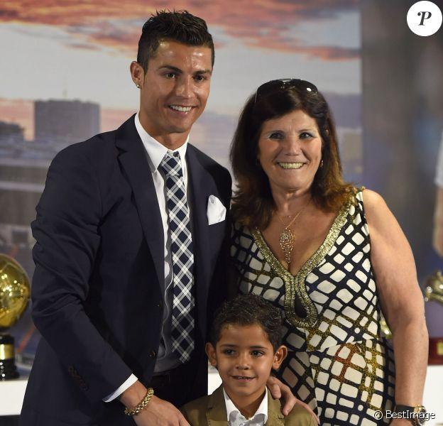 Cristiano Ronaldo, son fils Cristiano Jr et sa mère Maria Dolores dos Santos Aveiro -Cristiano Ronaldo reçoit un prix devant ses coéquipiers après avoir égalé le plus grand nombre de buts sous le maillot du Real Madrid (323) le 2 octobre 2015 à Madrid.