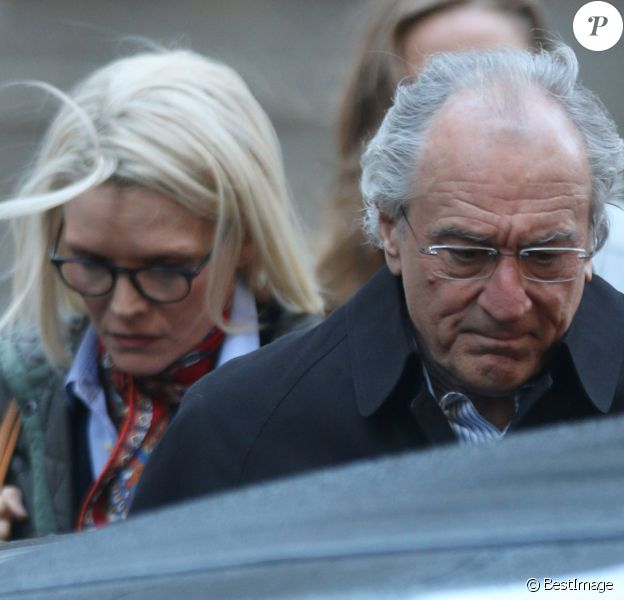 """Robert De Niro et Michelle Pfeiffer, dans la peau de Ruth et Bernard Madoff, sur le tournage de """"The Wizard of Lies"""" à New York le 12 octobre 2015"""